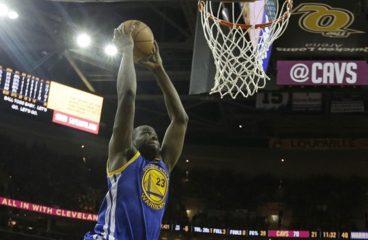 I giocatori di basket della Golden State vinsero a Cleveland e finirono la finale della NBA